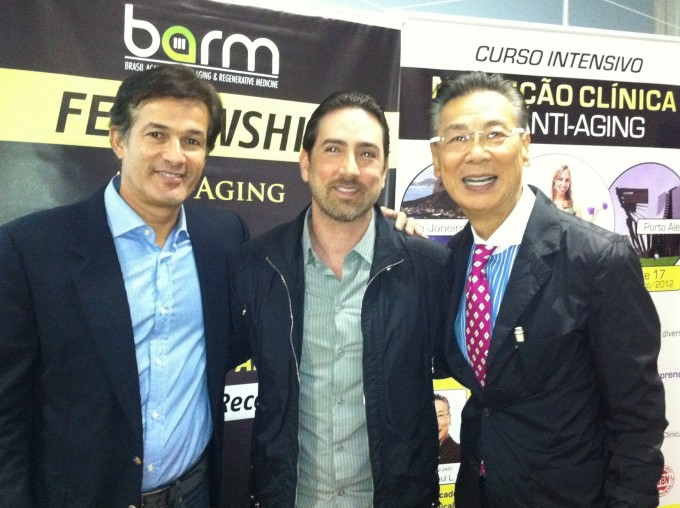 Drs. Carlos Mandelik entre os Drs. Charles de Sá e Paul Ling Tai